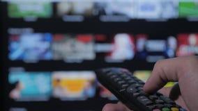 Smart Fernsehapparat On-line-strömender Videoservice mit Apps und der Hand Die männliche Fern Handholding die Steuerung drehen si stock video