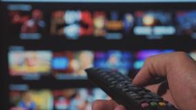 Smart Fernsehapparat On-line-strömender Videoservice mit Apps und der Hand Die männliche Fern Handholding die Steuerung drehen si stock video footage