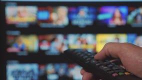 Smart Fernsehapparat On-line-str?mender Videoservice mit Apps und der Hand Die m?nnliche Fern Handholding die Steuerung drehen si stock video