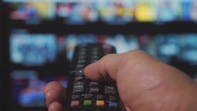 Smart Fernsehapparat On-line-str?mender Videoservice mit Apps und der Hand Männliche Handholding entfernt der Steuerdrehungsleben stock video