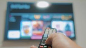 Smart-Fernsehen mit apps und der Hand männliche Hand des Lebensstils, die weg den intelligenten Lebensstil der Fernbedienungsdreh stock video footage