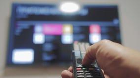 Smart-Fernsehen mit apps und der Hand Männliche Hand, die weg das Fernintelligente Fernsehen der lebensstilsteuerdrehung hält Man stock footage