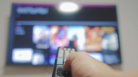 Smart-Fernsehen mit apps und der Hand Männliche Hand, die weg das intelligente Fernsehen der Fernbedienungsdrehung hält Mannhand  stock footage