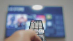 Smart-Fernsehen mit apps und der Hand Männliche Hand, die weg das intelligente Fernsehen der Fernbedienungsdrehung hält Mannhand  stock video