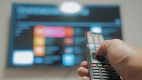 Smart-Fernsehen mit apps und der Hand Männliche Hand, die weg den intelligenten Lebensstil der Fernbedienungsdrehung Fernsehhält  stock video