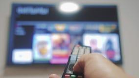 Smart-Fernsehen mit apps und der Hand Männliche Lebensstilhand, die weg den intelligenten Lebensstil der Fernbedienungsdrehung Fe stock video