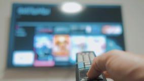 Smart-Fernsehen mit apps und der Hand Männlicher Handlebensstil, der weg den intelligenten Lebensstil der Fernbedienungsdrehung F stock video