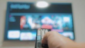 Smart-Fernsehen mit Lebensstilapps und -hand Männliche Hand, die weg den intelligenten Lebensstil der Fernbedienungsdrehung Ferns stock video footage