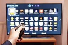 Smart-Fernsehen UHD 4K gesteuert durch Fernbedienung Lizenzfreies Stockfoto