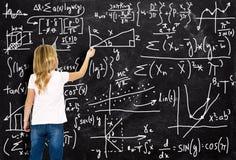 Smart flicka, matematik, aritmetisk, utbildning som lär arkivbilder