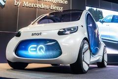 Smart fortwoMercedes-Benz f?r vision EQ begrepp, prototyp av den framtida bilen som skapas av Mercedes Benz arkivfoto