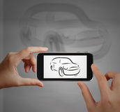 Smart hand genom att använda pekskärmtelefonen Arkivbilder