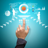 Smart handhandlag det analyserande finansiella diagrammet Arkivbilder