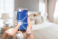 Smart hem- automation app på minnestavlan med hemmiljön i backgr Royaltyfri Foto