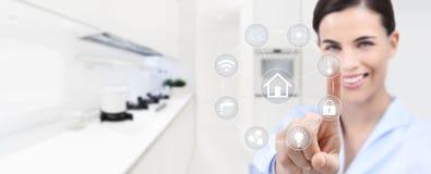 Smart hem- automation som ler kvinnahandpekskärmen med vit royaltyfri foto