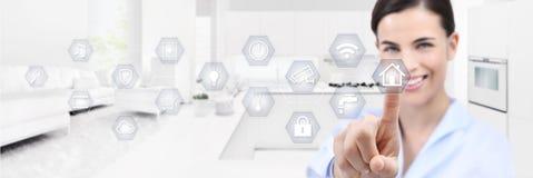 Smart hem- automation som ler kvinnahandpekskärmen med vit royaltyfria foton