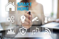 Smart hem- digital manöverenhet på den faktiska skärmen Internet- och automationteknologibegrepp fotografering för bildbyråer