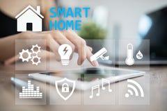 Smart hem- digital man?verenhet p? den faktiska sk?rmen Internet- och automationteknologibegrepp arkivbild