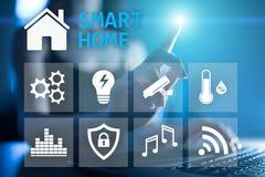Smart hem- digital man?verenhet p? den faktiska sk?rmen Internet- och automationteknologibegrepp royaltyfri illustrationer