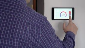 Smart hem- klimatkontrollapparat på en vägg