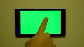 Smart hem- kontrollapparat på en vägg arkivfilmer