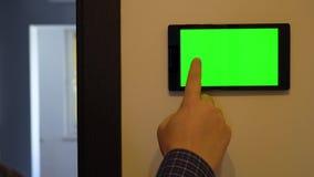 Smart hem- kontrollapparat på en vägg lager videofilmer