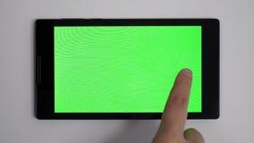 Smart hem- kontrollapparat på en vägg stock video
