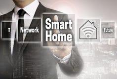 Smart hemaffärsman med stadsbakgrundsbegrepp fotografering för bildbyråer