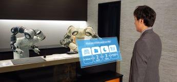 Smart hotell i gästfrihetbransch 4 0 begrepp, assistenten för receptionistrobotrobot i lobby av hotellet eller flygplatser alltid fotografering för bildbyråer