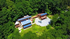 Smart hus i skogen royaltyfri bild