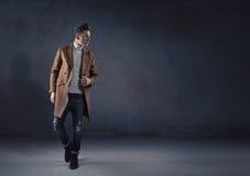 Smart, indivíduo à moda que veste um revestimento do outono Fotografia de Stock