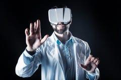 Smart intelligent man som testar exponeringsglas 3d Royaltyfria Bilder