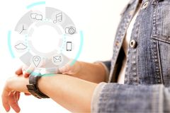 Smart klockaapparatskärm med app-symboler Smart klockatechnolog Royaltyfria Foton