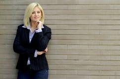 smart kvinna för tillfällig stående Fotografering för Bildbyråer