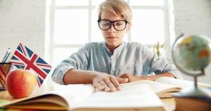 Smart lära för pojke som är engelskt lager videofilmer
