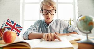 Smart lära för tonåringpojke som är engelskt lager videofilmer