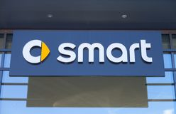 Smart logo på en byggnad för bilåterförsäljare Arkivbild