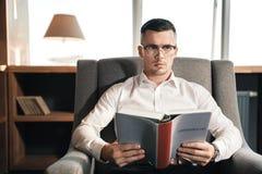 Smart lovande advokat som läser den administrativa lagen arkivfoto