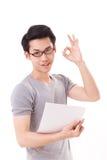 Smart lyckligt och att le nerd- eller geekmannen som ok visar handtecknet Arkivfoton