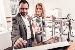 Smart man och kvinna som diskuterar utskrift 3D royaltyfri bild