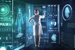 Smart medicinsk arbetare som använder futuristiska teknologier, medan arbeta på hennes forskning arkivbild