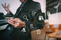 smart medicinsk doktor som arbetar med den smarta telefonen och den digitala minnestavlan arkivbilder