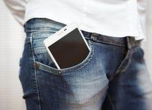Smart mobiltelefon för stor vit i jeansfack Royaltyfri Fotografi