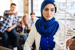 Smart muslimkvinna som studerar DNAmodellen Arkivfoton