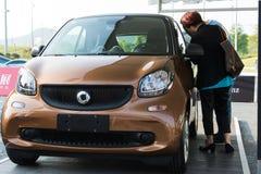 Smart novo (automóvel) na exposição do carro imagens de stock royalty free