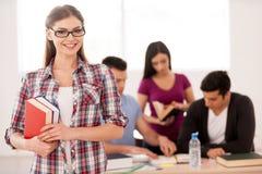 Smart och säker student. royaltyfri bild