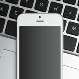 Smart Phone in bianco sul computer portatile Immagine Stock Libera da Diritti