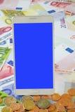 Smart Phone bianco sulle euro banconote Immagini Stock