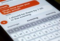 Smart Phone che mostra messaggio di testo e tastiera Fotografie Stock Libere da Diritti