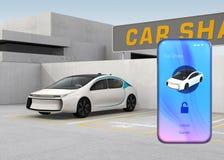 Smart Phone con il car sharing app davanti all'automobile bianca Immagine Stock